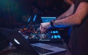 Critères pour bien choisir le bon DJ mariage en Bretagne?